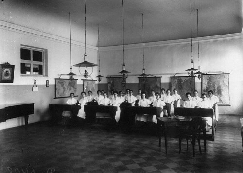 Петербургское училище ордена Св. Екатерины. Воспитанницы на занятиях по географии. Фото май 1908 года.
