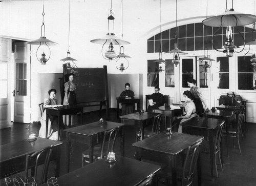 Воспитанницы Екатерининского института на занятиях по алгебре. Фото май 1908 года.