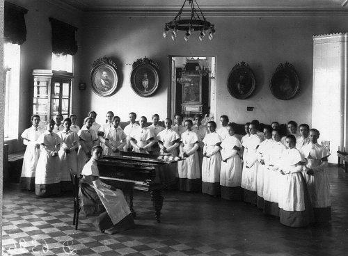 Петербургское училище ордена Св. Екатерины. Воспитанницы института на занятиях музыкой. Фото май 1908 года.