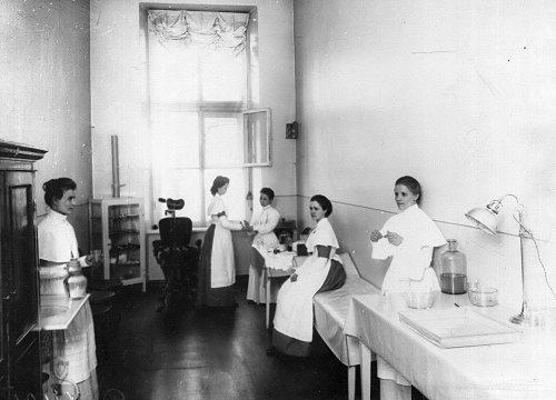 Екатерининский институт. Воспитанницы института в кабинете врача. Фото май 1908 года.