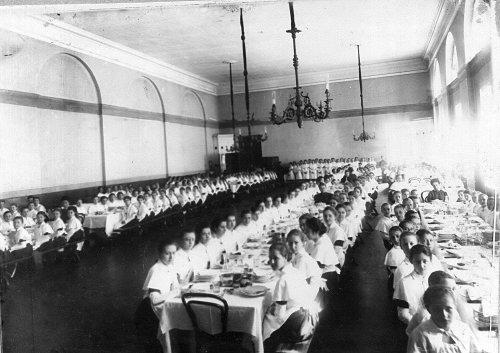 Петербургское училище ордена Св. Екатерины. Воспитанницы института за обедом. Фото май 1908 года.