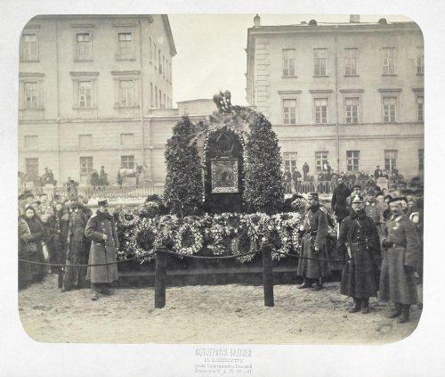 Временный памятник на месте гибели императора Александра II. 1881 год.