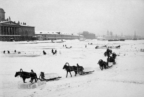 Перспектива набережной Макарова и постройки старого Гостинного двора. Фото конца XIX века.