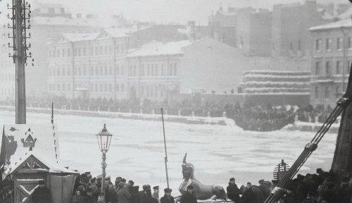 Дом Мусина-Пушкина (в центре). Фотография 20 января 1905 года.