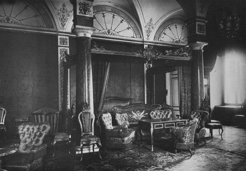 Синяя спальня императрицы Марии Александровны в Зимнем дворце. Фото 1917 года.
