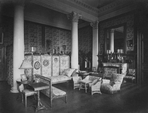 Зимний дворец. Спальня императора Николая II. Фото 1917 года.