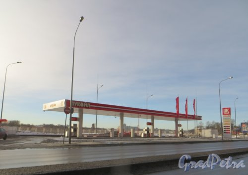 Свердловская наб., дом 9, лит. А. Бензоколонка «Лукойл».  Фото 11 февраля 2015 года.