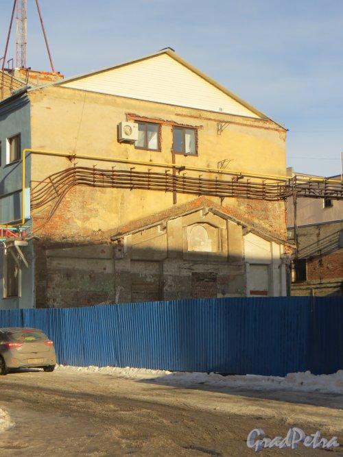 набережная реки Карповки, дом 5, литера Г. Следы снесенного корпуса на фронтоне соседнего здания. Фото 11 февраля 2015 года.