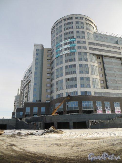 Свердловская набережная, дом 58, литера А. Угловая часть жилого комплекса «Платинум». Фото 11 февраля 2015 года.