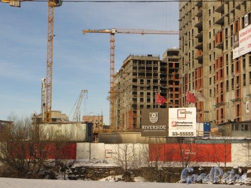 Ушаковская набережная, дом 3. Строительство корпусов ЖК «RIVERSIDE» со стороны набережной Большой Невки. Фото 11 февраля 2015 года.