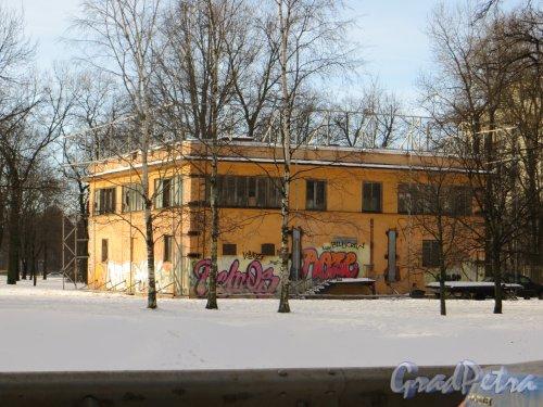 Ушаковская набережная, дом 15, корпус 2, литера А. Здание «Чернореченская» насосной станции «Водоканала». Фото 11 февраля 2015 года.