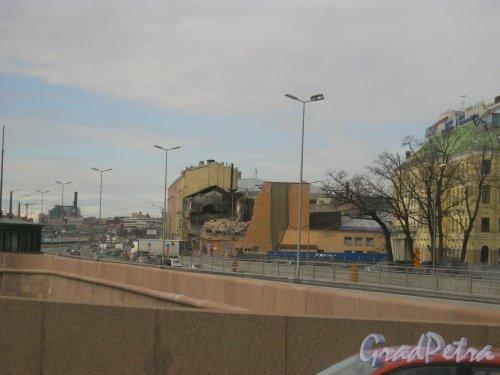 Пироговская наб., дом 11. Вид на частично снесённый корпус фабрики «Старый Лесснер» с Сампсониевского моста. Фото 27 апреля 2015 г.