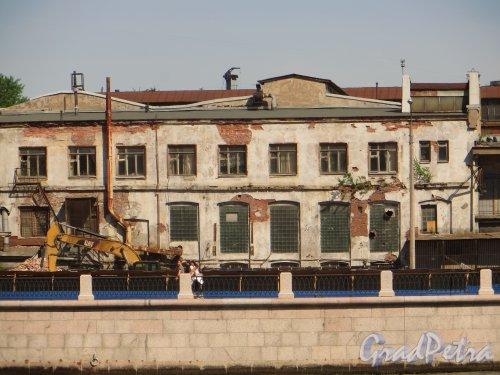 Снос корпусов фабрики «Старый Лесснер» (Пироговская набережная, дом 11, литера А). Фото 30 мая 2015 года.