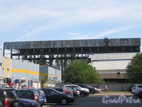 Наб. Обводного канала, дом 118, корпус 7. Фрагмент здания. Вид с Митрофаньевского шоссе. Фото 3 июля 2015 г.