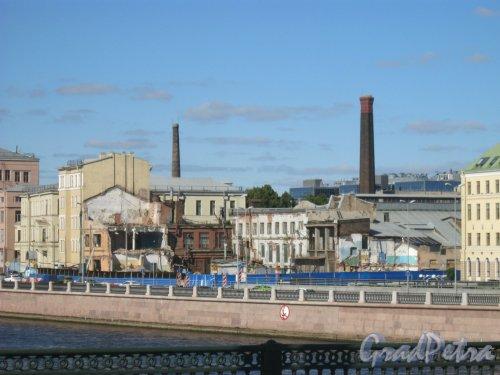 Пироговская наб., дом 11. Вид на частично снесённые корпуса бывшей фабрики с Сампсониевского моста. Фото 18 августа 2015 г.