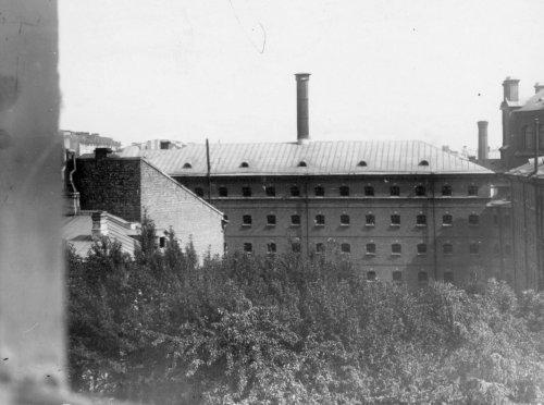 Арсенальная набережная, дом 7. Внутренний корпус в тюрьмы «Кресты». «Корпус тюрьмы, в котором были заключены депутаты Первой Государственной думы, осужденные на 3 месяца тюремного заключения за подписание Выборгского воззвания». Фото 1906 года.