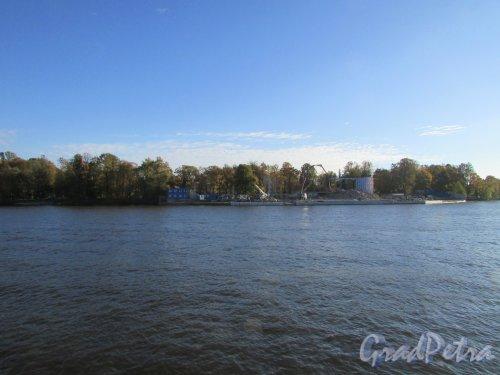 Набережная реки Большой Невки, дом 24. Вид на участок после сноса здания Гребной базы с Приморского проспекта. Фото 11 октября 2015 года.