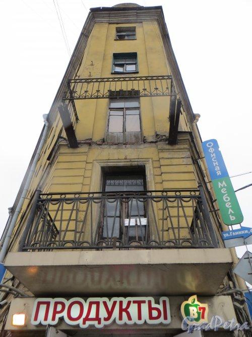 набережная Обводного канала, дом 128 / улица Розенштейна, дом 1. Угловая часть здания с обрушившимся балконом. Фото 11 марта 2015 года.