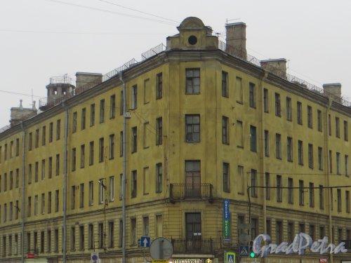 набережная Обводного канала, дом 128, литера А. Общий вид угловой части здания. Фото 11 марта 2015 года.