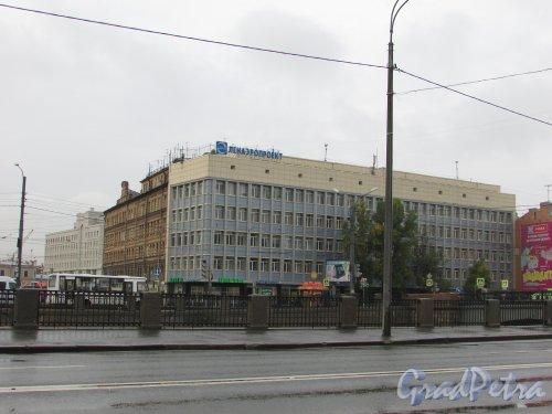 набережная Обводного канала, дом 122, литера А. Фасад здания со стороны Обводного канала. Фото 26 сентября 2015 года.