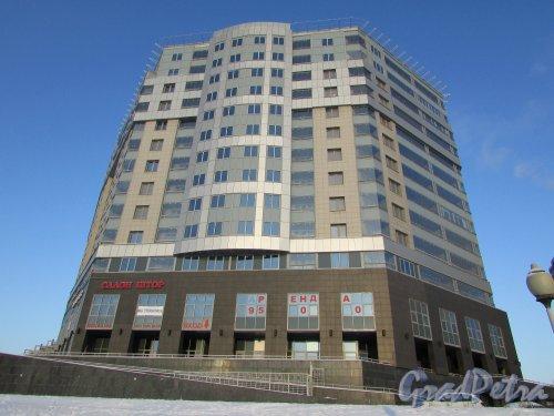 Свердловская набережная, дом 58. Фасад жилого комплекса «Платинум». Фасад со стороны АЗС «ЛУКОЙЛ». Фото 5 января 2016 года.