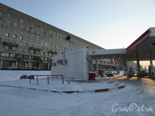 Свердловская набережная, дом 58, корпус 4, литера А. Общий вид АЗС «ЛУКОЙЛ». Фото 5 января 2016 года.