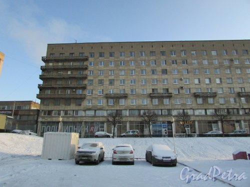 Свердловская наб., дом 60. Фрагмент фасада жилого дома со стороны Невы. Фото 5 января 2016 года.