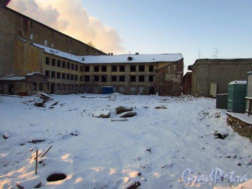 Синопская набережная, дом 66. Сохранившиеся флигели после сноса лицевого здания. Фото 5 января 2016 года.