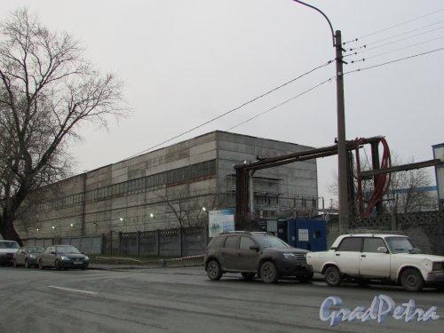 набережная Обводного канала, дом 76, литера К. Вид на корпус Центральной ТЭЦ с Рыбинской улицы. Фото 3 декабря 2015 года.