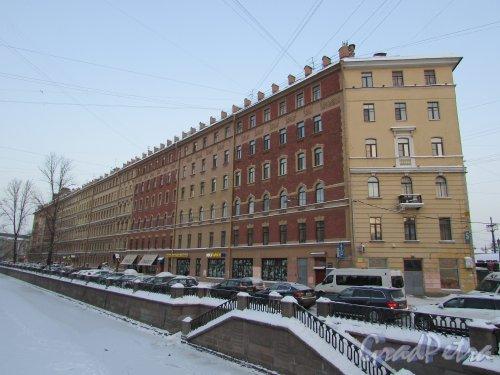 Перспектива домов 54-50 по набережной канала Грибоедова со стороны Сенного моста. Фото 15 января 2016 года.