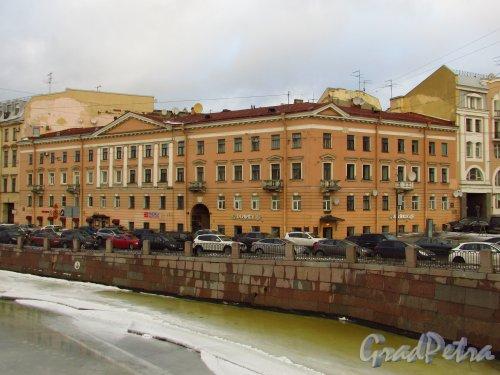 Набережная реки Фонтанки, дом 30 / улица Белинского, дом 2. Общий вид здания с моста Белинского. Фото 29 января 2015 года.