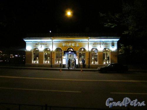 набережная канала Грибоедова , дом 2в, литера А. Здание ресторана «Паркъ» в ночном оформлении. Фото 18 октября 2016 года.