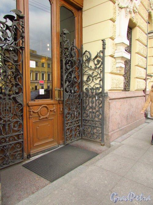набережная канала Грибоедова, дом 13. Решетка парадного входа. Фото 20 октября 2016 года.