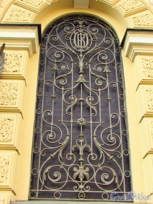 набережная канала Грибоедова, дом 13. Решетка окна первого этажа с монограммой «Общества Взаимного кредита». Фото 20 октября 2016 года.