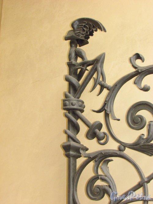 набережная канала Грибоедова, дом 13. Правое навершие решетки ворот . Фото 20 октября 2016 года.
