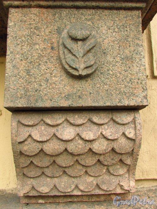 набережная реки Фонтанки, дом 12. Торец кронштейна каменного подоконника окна первого этажа. Фото 20 октября 2016 год