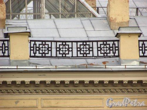набережная реки Фонтанки, дом 16. Ограждение крыши здания Санкт-Петербургского городского суда. Фото 20 октября 2016 года.