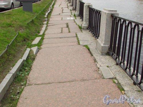 Состояния гранитного тротуара с нечётной стороны набережной реки Фонтанки у моста Белинского. Фото 20 октября 2016 года.