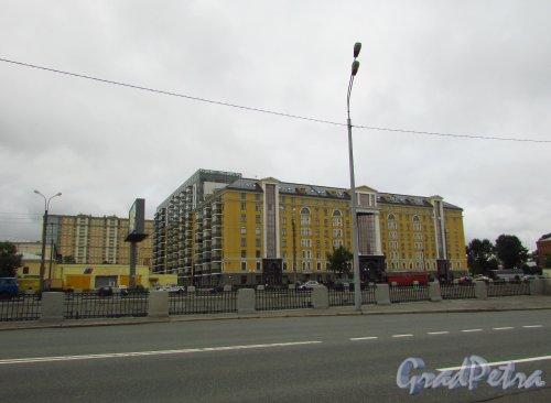 набережная Обводного канала, дом 108, литера А. Общий вид жилого комплекса «Тапиола». Фото 8 июля 2016 года.