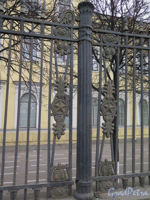 Арсенальная наб., д. 15. Главное здание Михайловской военной артиллерийской академии. Фрагмент декоративной ограды со стороны Невы. фото апрель 2015 г.