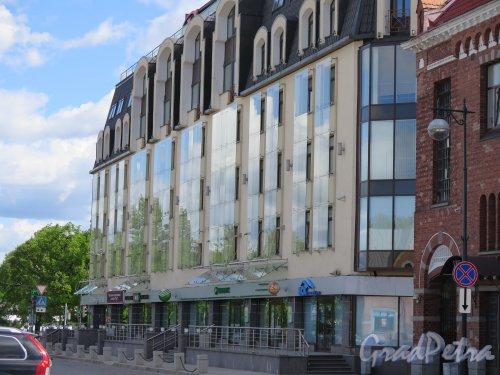 """г. Выборг, наб. 40 лет Комсомола, д. 1. МДЦ и Отель """"Виктория"""". Фасад со стороны Рыночной площади. фото июнь 2015 г."""