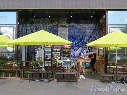 Петровская наб., д. 4. Уличное кафе у дома. фото июль 2015 г.