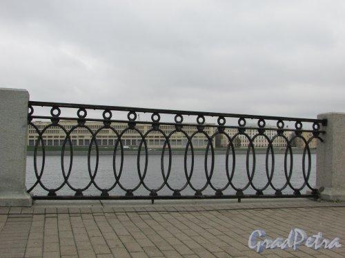 Ограда Синопской набережной у Большеохтинского моста. Фото 28 октября 2017 года.