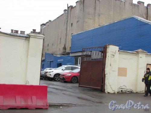 набережная Крюкова канала, дом 28, литера А. Ремонтные боксы во дворе участка. Фото 27 января 2018 года.