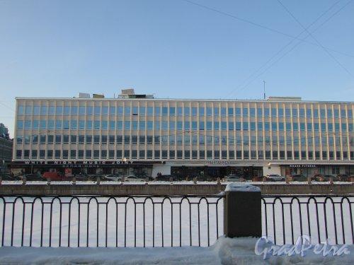 набережная реки Фонтанки, дом 59. Фасад делового центра «ЛЕНИЗДАТ». Фото 8 февраля 2018 года.