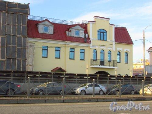 Синопская набережная, дом 66, литера А. Восстановленная правая часть здания. Фото 20 января 2017 года.