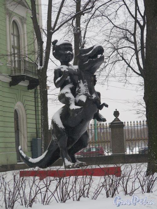Миллионная ул., дом 5. Мраморный дворец. Двор. Скульптура Первая всадница, 2007, ск. Группа AES+F. фото февраль 2016 г.