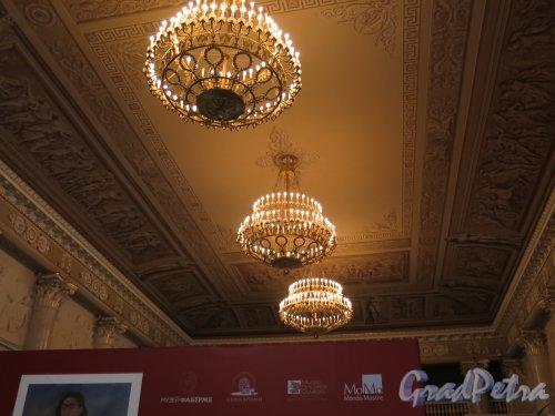 Наб. реки Фонтанки, д. 21. Шуваловский дворец. Парадный зал. Освещенные люстры. фото март 2016 г.