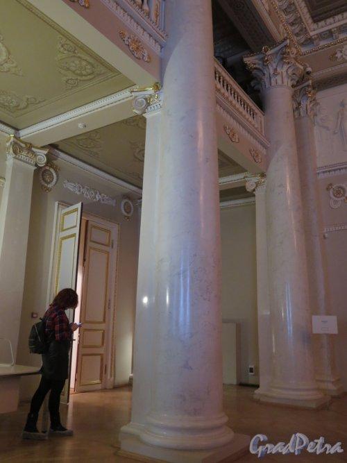 Наб. реки Фонтанки, д. 21. Шуваловский дворец. Парадный зал. Фрагмент колоннады. фото март 2016 г.