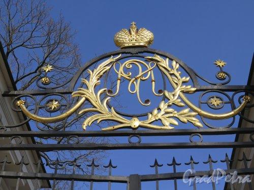 Наб. Малой Невки, д. 1. Каменноостровский дворец. Вензель на Парадных воротах. Фото Март 2016 г.